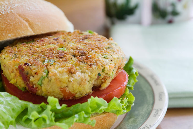 Veggie burger on a plate, one of the foods that can be included in plant-based diets.